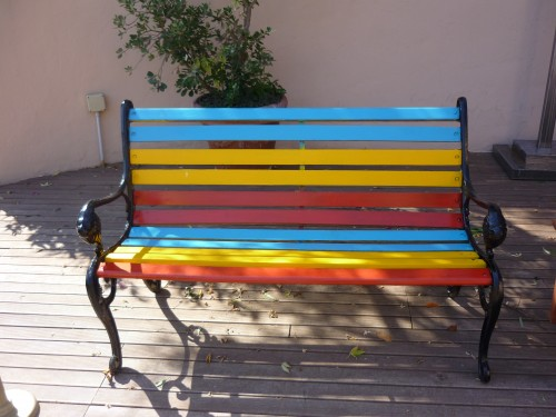 Camerette Colorate : In giardino una panchina colorata idee arredo per l